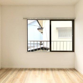 大きな窓なのでペットもお留守番中外を眺めてウトウトと…zZ