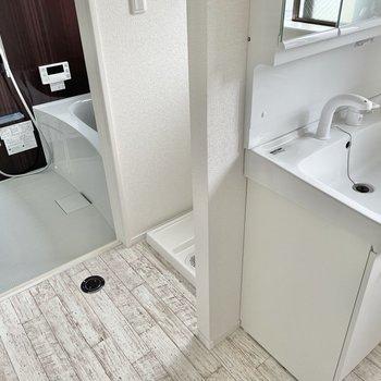 続いて、洗濯機置場、浴室。
