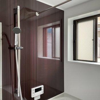縦長ミラーに小窓付き。追い焚き機能、浴室乾燥もあります◯