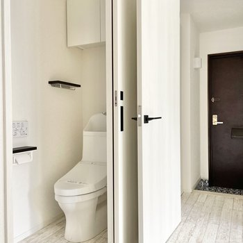 トイレはリビングの中に。引き戸で仕切るタイプ。温水洗浄便座付きで快適です♪