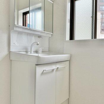 洗面台は新品ピカピカ!小窓も嬉しいな◯