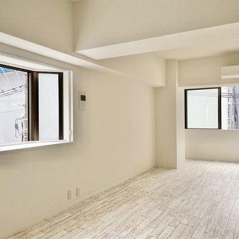 リビングは縦長。空間を仕切るように家具を置くか、はたまた横並びに置いてみるか。