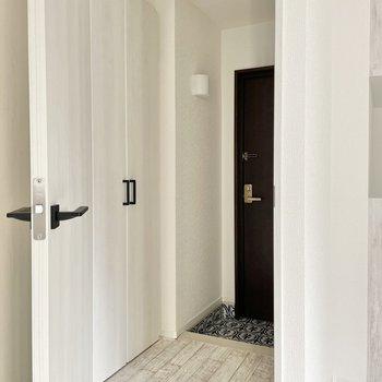 玄関と居室を分ける扉も嬉しいですね。