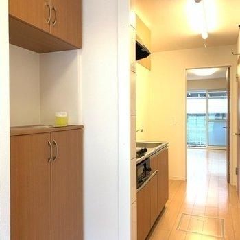 玄関の棚はあると便利なんですよね〜!鍵とフレグランスを置いてさ。(※写真は1階反転間取り別部屋のものです)