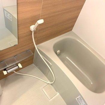 木目調のアクセントクロスと浴槽はほうじ茶色でした〜(※写真は1階反転間取り別部屋のものです)