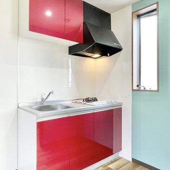 キッチンはパッと目を引く赤!