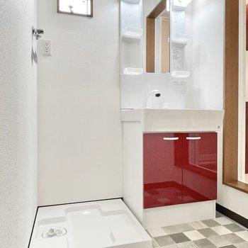 洗面台も赤がアクセントに。