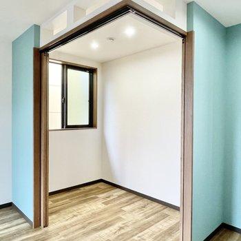 洋室はシングルベッドがすっぽりと収まる広さ。