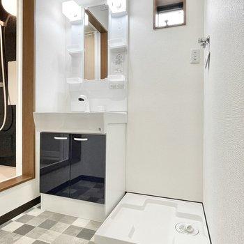 洗面台もネイビーで統一。