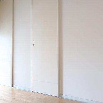 扉もホワイトでスッキリと見せて(※写真は2階の同間取り別部屋のものです)