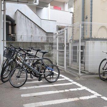 エントランス奥には駐輪場も完備されていますよ。