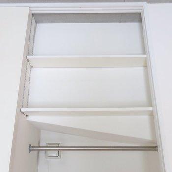 上に棚、見つけちゃった♪((※写真は2階の同間取り別部屋のものです)