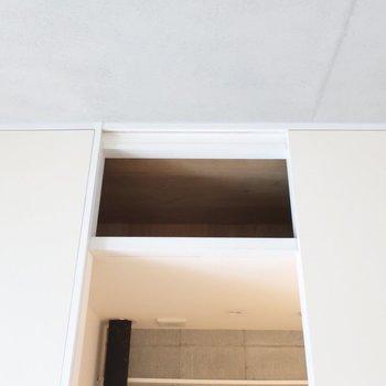 サニタリー入口の上にもちょっとした収納あるんですよ〜(※写真は2階の同間取り別部屋のものです)