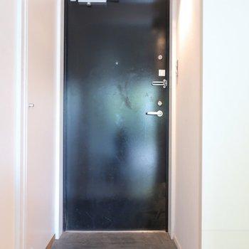 玄関も男前(※写真は2階の同間取り別部屋のものです)