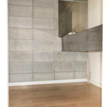 キッチンスペースはブロックがワイルド!(※写真は2階の同間取り別部屋のものです)