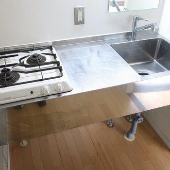 キッチンはステンレスでかっこよくね(※写真は2階の同間取り別部屋のものです)