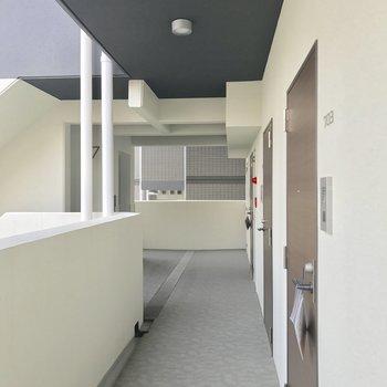 駐輪スペースは共用廊下。左奥、エレベーター近くが置きやすいかな。