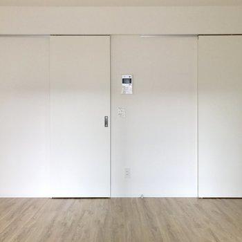 右はキッチンへ、左はウォークインクローゼット。(※写真は7階の同間取り別部屋、清掃前のものです)