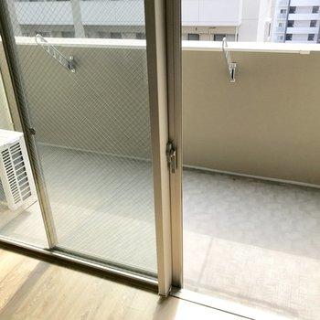 ゆったり広めのバルコニー(※写真は7階の同間取り別部屋、清掃前のものです)