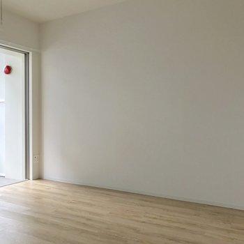 こちらの壁は至ってシンプル。壁寄せで置く家具はこっちかな。(※写真は7階の同間取り別部屋、清掃前のものです)