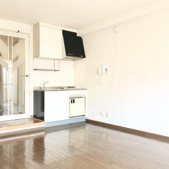 キッチンにはミニ冷蔵庫付き!(※写真は3階の反転間取り別部屋のものです)