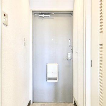 玄関はこんな感じ。(※写真は3階の反転間取り別部屋のものです)