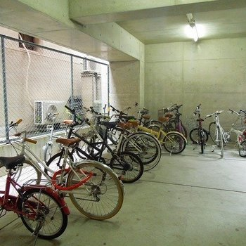 自転車置場はしっかり屋根付き