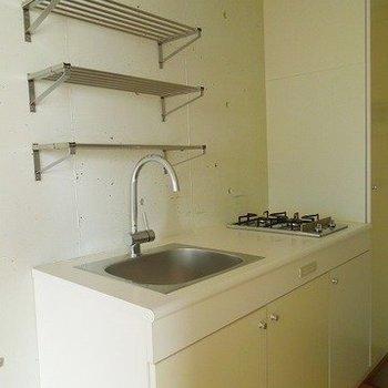 キッチンも白で統一(※写真は7階同間取り別部屋のものです)
