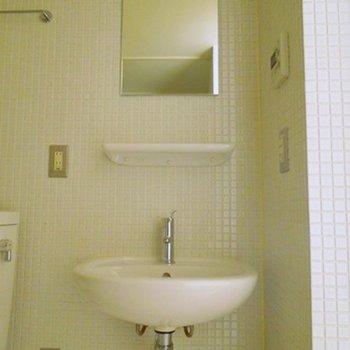 シンプルな洗面(※写真は7階同間取り別部屋のものです)