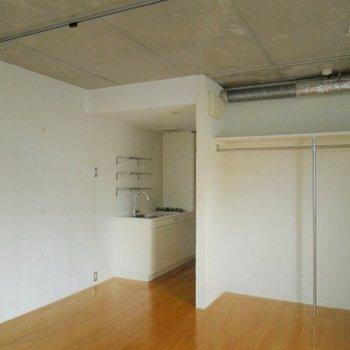 壁・天井は打ちっ放し(※写真は7階同間取り別部屋のものです)