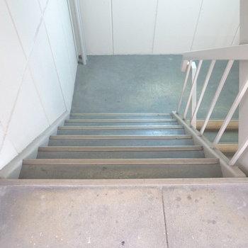 【共用部】お部屋までは階段。横幅はゆとりがあります。