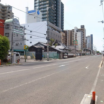 【周辺環境】駅前へつづく道。スーパーとコンビニがあるのが便利です!