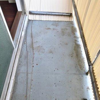 バルコニーは老朽化してて、物を置くのはちょっと危なっかしいです。お洗濯は室内と浴室で◎