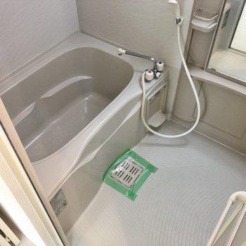 広々とした浴槽と洗い場。バスタイムも快適ですね。(※写真は2階の反転間取り別部屋のものです)