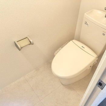 清潔感あふれるトイレは温水洗浄便座付き。(※写真は2階の反転間取り別部屋のものです)