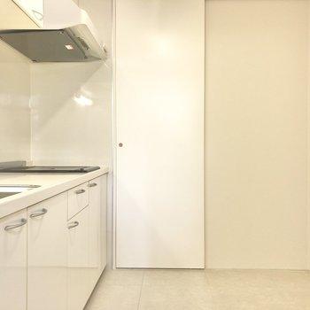 背後に冷蔵庫を。小回りが効く幅感です。(※写真は2階の反転間取り別部屋のものです)