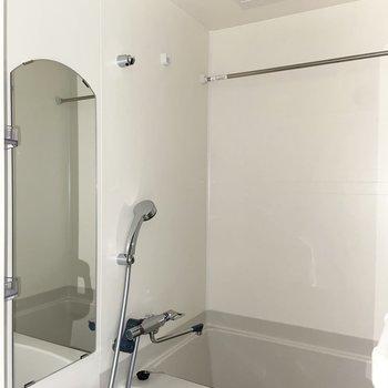 バスルームの鏡が丸っこくなっているの、かわいい。(※写真は15階の同間取り別部屋のものです)