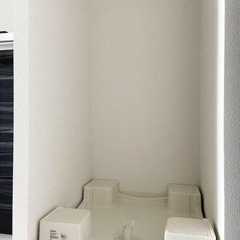 洗濯機置き場はキッチンの右側に。(※写真は15階の同間取り別部屋のものです)