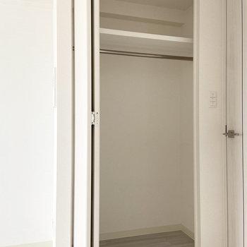 リビングに入って右側にはクローゼット。1人暮らしにはちょうどいいサイズかも。(※写真は15階の同間取り別部屋のものです)