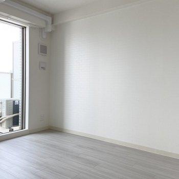 こちら側の壁は真っ白ですが......(※写真は15階の同間取り別部屋のものです)