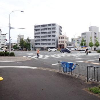 【周辺環境】すぐ大通りの交差点があります。ここはバスもよく通る場所なので交通の便はよさそう。