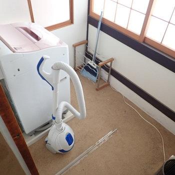 降りていくと1階部分に洗濯機があるのでした。