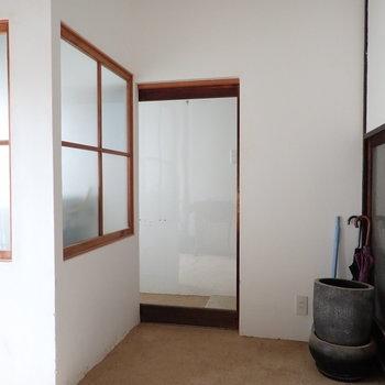 そして左手に、透明な扉。ここを開けると階段があって、お部屋へとんとんと登って行けます。