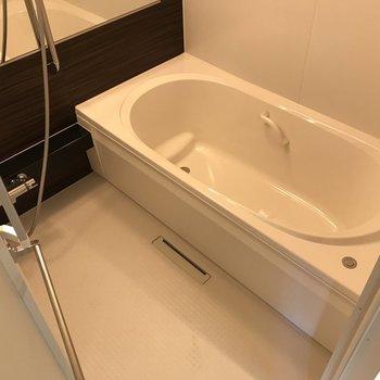 浴槽は足を伸ばして入れますよ。