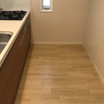 【LDK】後ろには冷蔵庫や食器棚を置くスペースが。