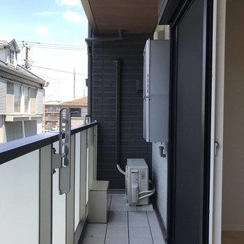 バルコニーには洗濯ラックを置くスペースがありました。