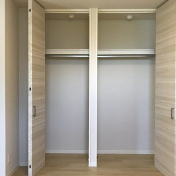 【洋室5.3帖】クローゼットは背が高く、洋服をしっかりと収納できそうですね。