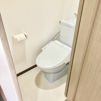 トイレはウォシュレット付きです。(※写真の家具は見本です)