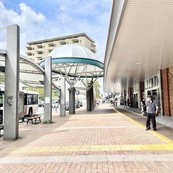 スーパーやパン屋さんなど、お店もたくさん入っている姪浜駅です!