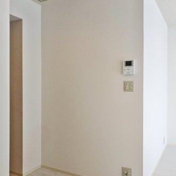 お隣の壁沿いにも食器棚などを置けそうです。